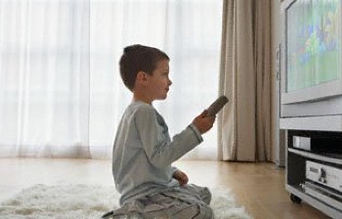 اضطراب اللغة وضعف التواصل.. أبرز مخاطر الإفراط فى مشاهدة الأطفال للتليفزيون