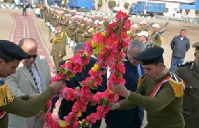 محافظ الدقهلية يضع إكليلا من الزهور على قبر الجندى المجهول احتفالا بعيد المحافظة