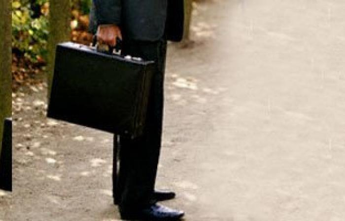 """العثور على حقيبة بها 43 ألف جنيه بقطار """"طنطا"""" والشرطة تسلمها لصاحبها"""