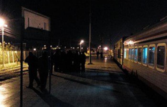 بالصور.. تعطل قطار الـ vip القادم من أسوان إلى القاهرة بمحطة المنيا