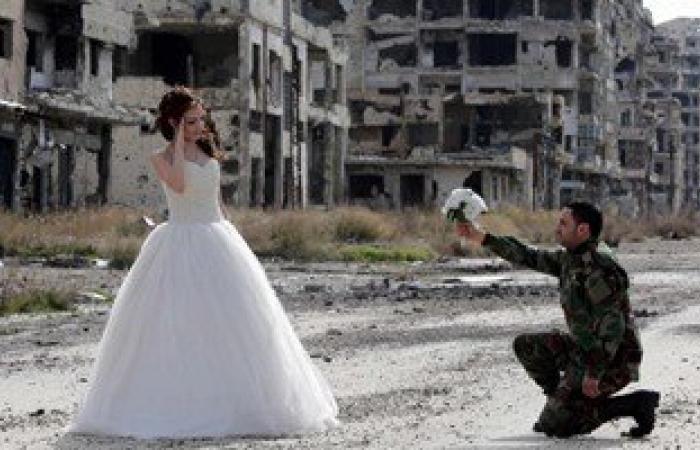 بالصور.. السوريون يثبتون أن الحياة أقوى من الموت بصور زفاف وسط الدمار