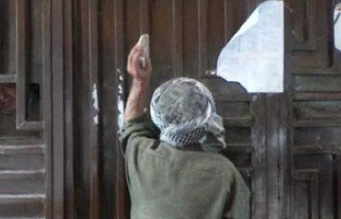 """بالفيديو.. مواطن يدق باب الشكاوى لمجلس الوزارء بـ""""حجر"""" لعدم الاستجابة لشكواه"""