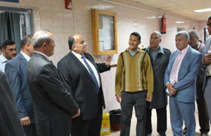 بالصور.. محافظ الدقهلية يحيل مدير مستشفى طلخا للتحقيق فى جولة بمنتصف الليل
