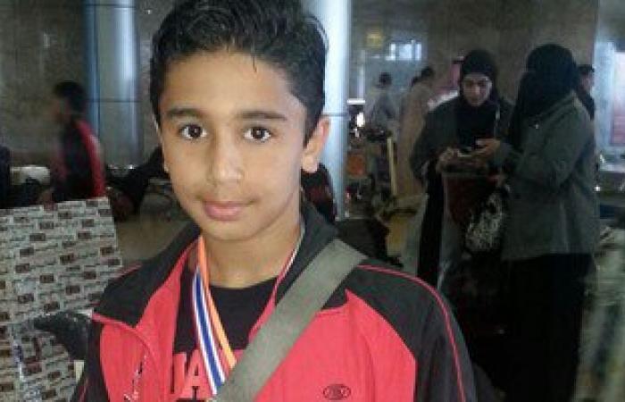 """بالصور..صاحب ذهبية """"المواى تاى"""" يصل مطار القاهرة بعد فوزه على إسرائيل"""