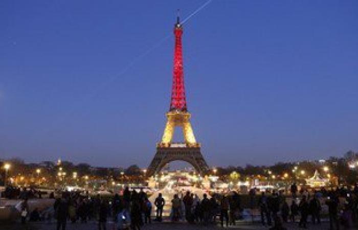 برج إيفل يتزين بألوان العلم البلجيكى تضامنًا مع ضحايا تفجيرات بروكسل