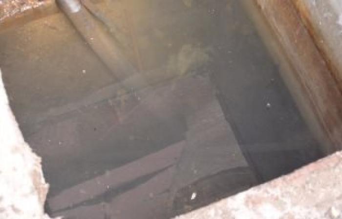 بالصور.. ماسورة مياه عمومية تغرق كابل كهرباء تهدد السكان بطنطا
