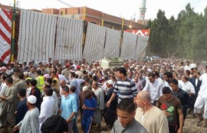 بالصور .. البحيرة تشيع جنازة شهيد سيناء بالورود