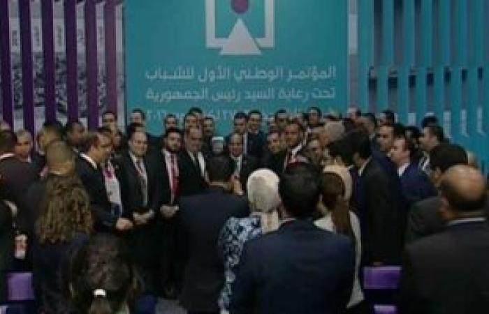 صورة تذكارية للرئيس مع شباب الأحزاب والقوى السياسية بمؤتمر شرم الشيخ