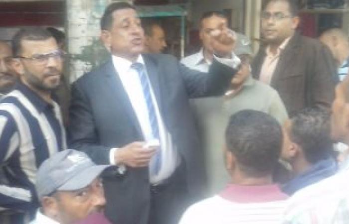 رئيس حى غرب الإسكندرية يبحث تقنين أوضاع الباعة الجائلين بمنطقة الساعة