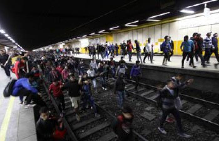 ركاب ينزلون على قضبان مترو سراى القبة احتجاجا على تأخر القطارات