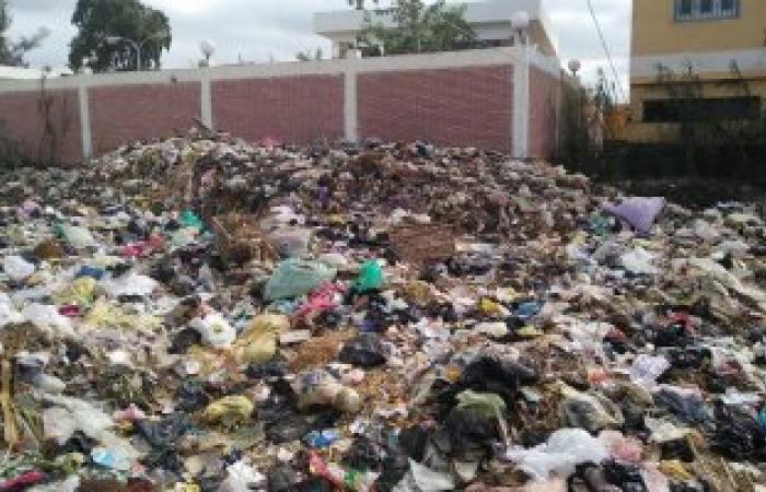 بالصور.. تلال القمامة تحاصر أهالى شرمساح بدمياط
