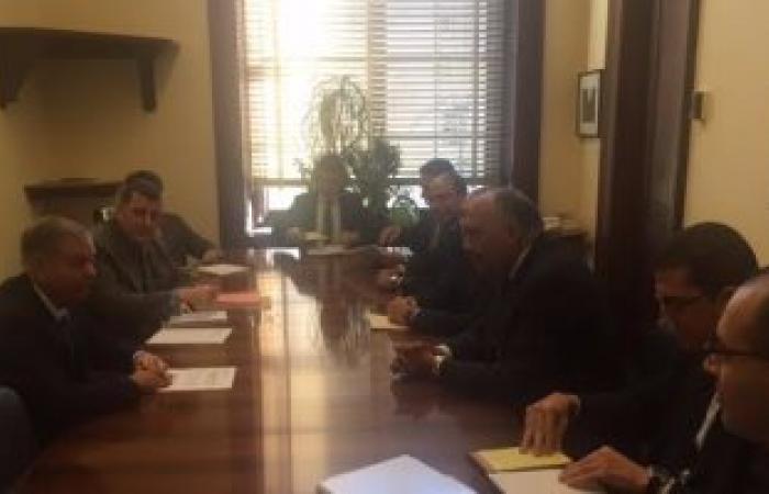 سامح شكرى يشرح برنامج الإصلاح الاقتصادى بمصر لمسئول بمجلس الشيوخ الأمريكى