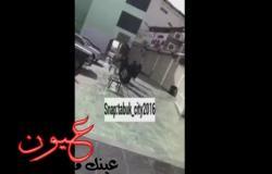 بالفيديو.. حادث تحرش يهز السعودية .. شاب يمزق ملابس فتاة في الشارع