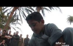 طفل مصري خارق يأكل الزجاج