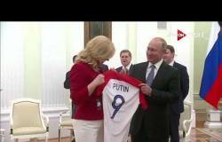 بوتين يستقبل رئيسة كرواتيا بالورود قبل نهائي المونديال.. والأخيرة تهديه قميص المنتخب الكرواتي