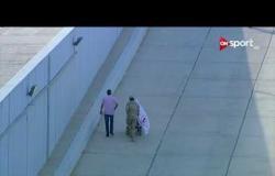 لقطة أكثر من رائعة | جندي قوات مسلحة يساعد مشجع زملكاوي لدخوله ستاد برج العرب