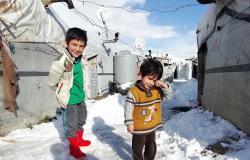 لبناني يطرد عائلة سورية من خيمتهم ويرمي أغراضهم (فيديو)