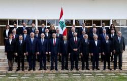 بالصور... الرأي العام اللبناني يسخر من توقيع وزيرة الطاقة الجديدة