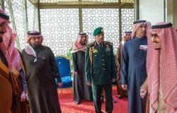ولي العهد السعودي يقبل قدم الملك قبل مغادرته لمصر