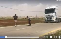 بالفيديو : ضابط أردني يجر شاحنة
