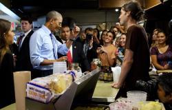 بالصور.. «أوباما» يدفع ثمن تخطيه طابور الطعام