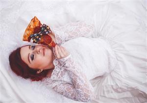 بالصور- حقيقة الفتاة التي قررت الزواج من قطعة بيتزا!