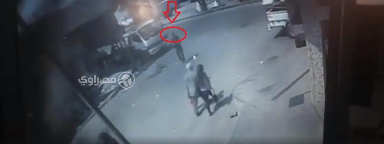 المتهم أثناء تعديه بكتر على فتاة بالشارع