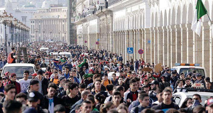 احتجاجات الجزائر بالتزامن مع وصول بوتفليقة