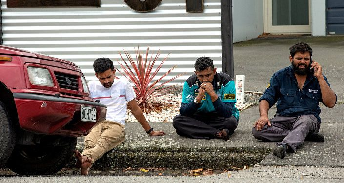 مواطنون خارج مسجد نيوزيلندا