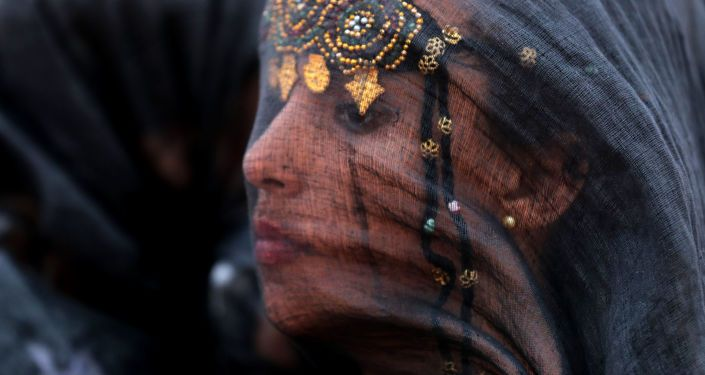 امرأة مغربية من الصحراء الجنوبية، ترتدي الثوب التقليدي، تشارك في مهرجان طانطان موسى البربري الرابع عشر في مدينة طانطان الصحراوية، المغرب 8 يوليو/ تموز 2018