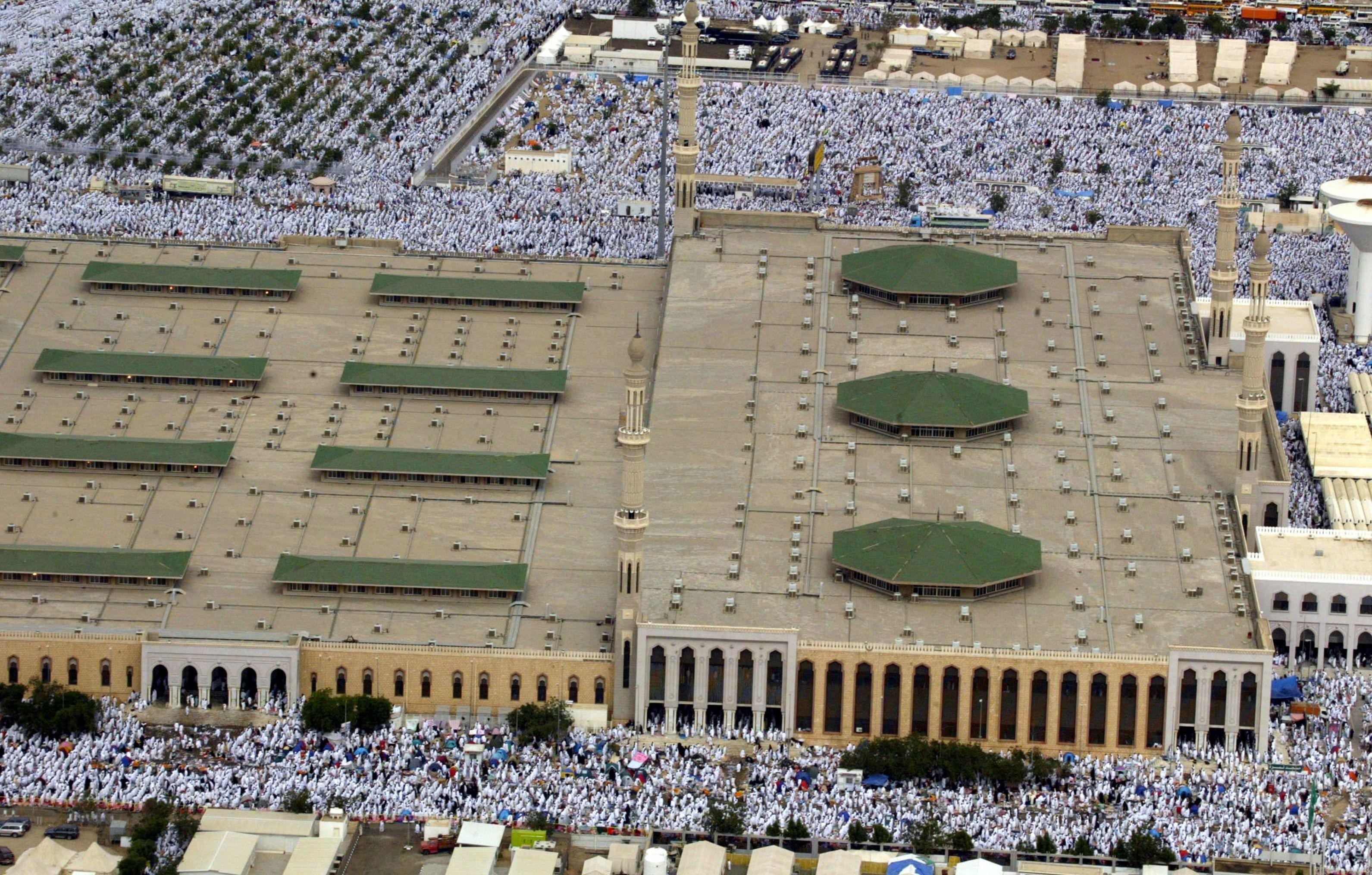 الحجاج يتجمعون حول مسجد نمرة في مكة خلال موسم الحج، المملكة العربية السعودية