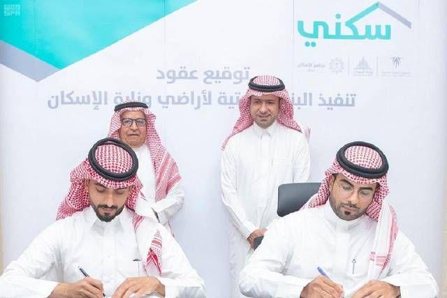 جانب من توقيع العقد بحضور وزير الإسكان السعودي ماجد الحقيل