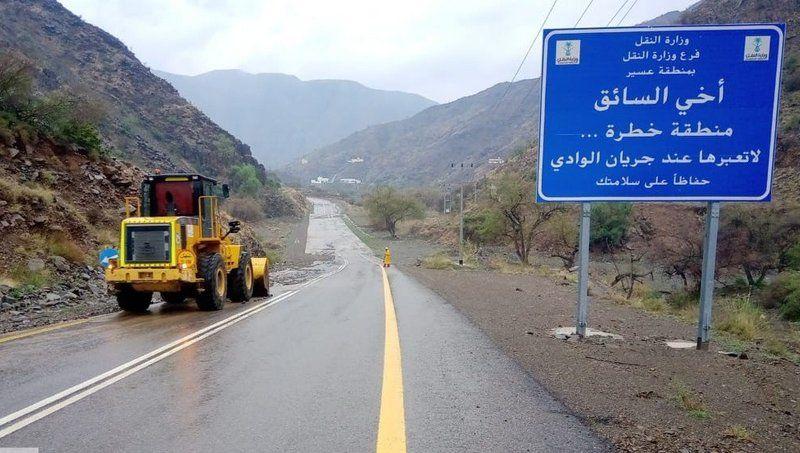 أمطار عسير.. تواصل عمليات الصيانة وفتح الطرق على مدار 10 أيام