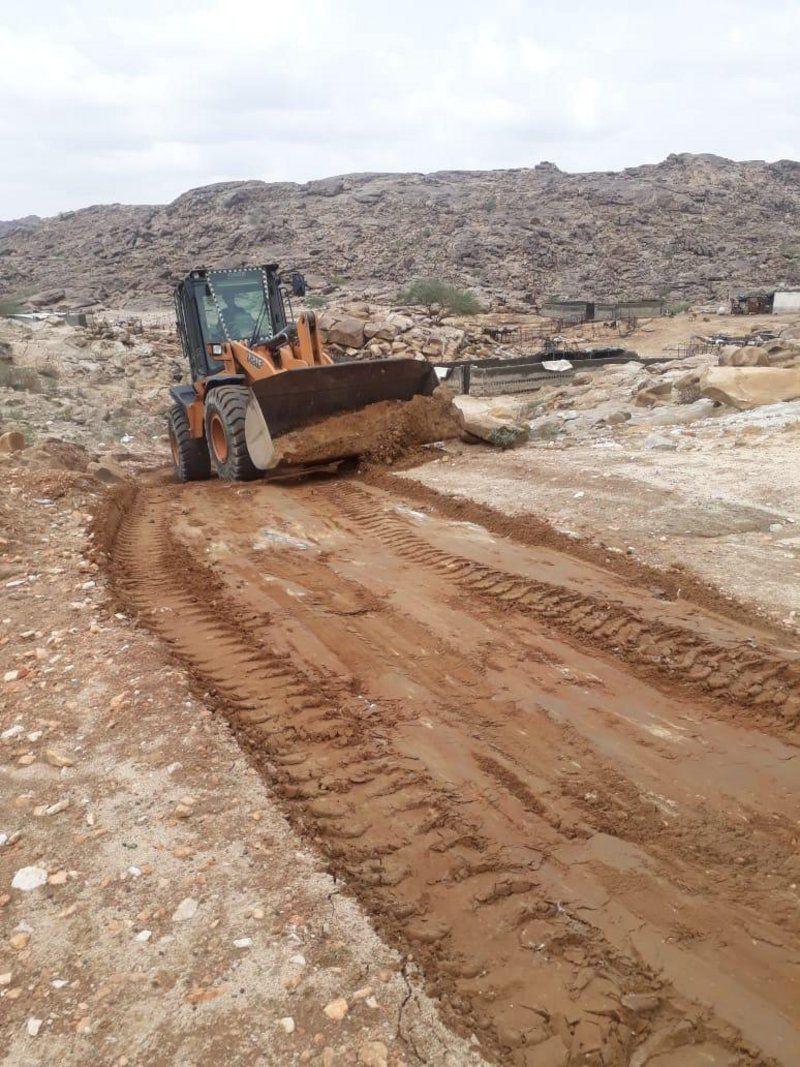 بلدية بارق تُعيد فتح الطرق المتضررة من السيول في المحافظة ومراكزها