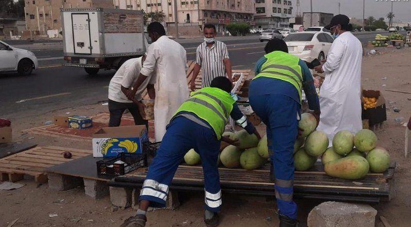 مداهمة 4 مواقع ومصادرة 8 أطنان من الخضار والفواكه في جدة