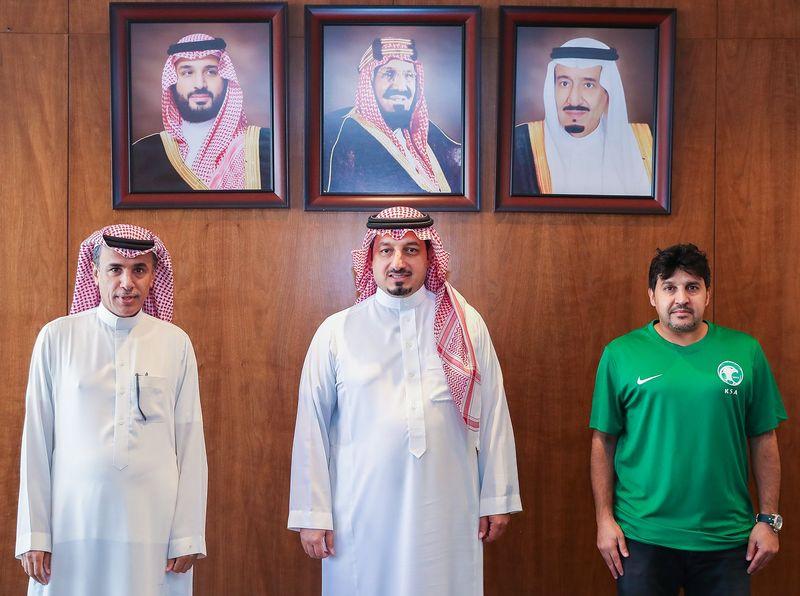 المسحل يوقع عقد الإشراف على منتخب الشباب مع المحمدي
