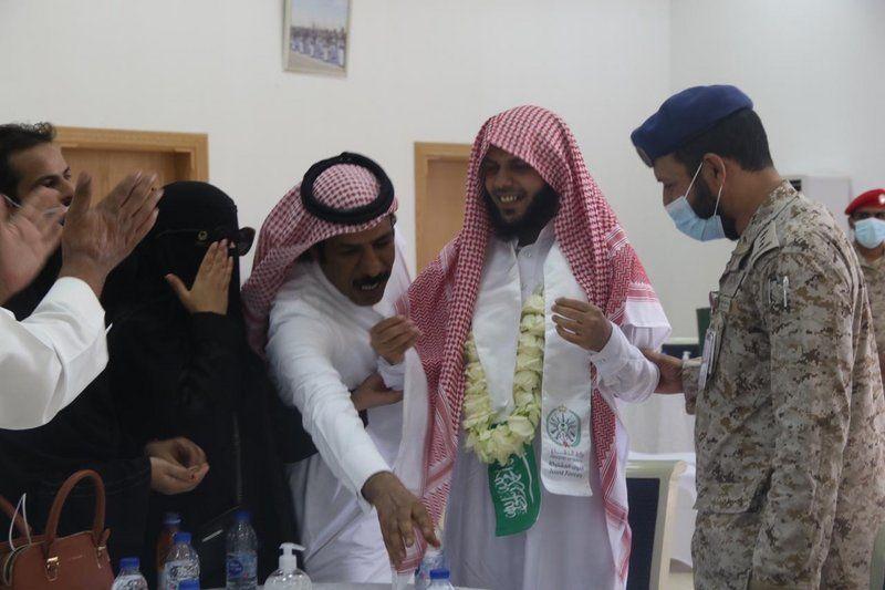 شاهد.. مشاعر لا توصف خلال استقبال الأهالي للأسرى لدى وصولهم قاعدة الملك سلمان الجوية
