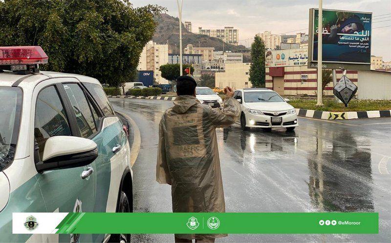 شاهد.. رجال مرور الباحة ينظمون السير وقت هطول الأمطار