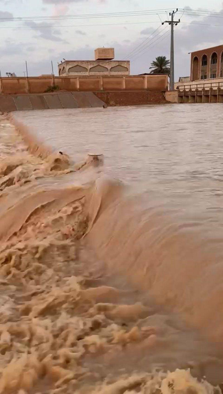 شاهد.. أمطار متواصلة منذ الصباح تُجري الأودية في المحافظات شمال الرياض