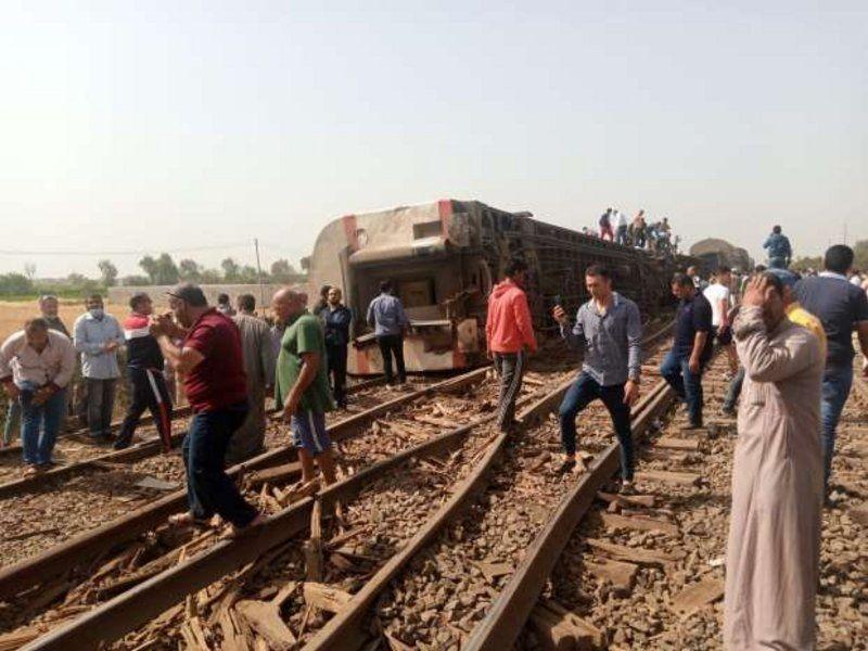 بالصور.. وفيات وعشرات المصابين في حادث خروج قطار عن القضبان بمصر