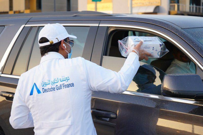 شاهد .. متطوعون يوزعون وجبات إفطار للصائمين بطرق وإشارات الرياض