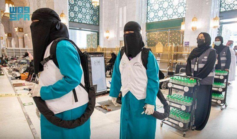 الوكالة المساعدة للشؤون النسائية بشؤون الحرمين توزع (٧٠) ألف عبوة ماء زمزم في ليلة (٢٧)