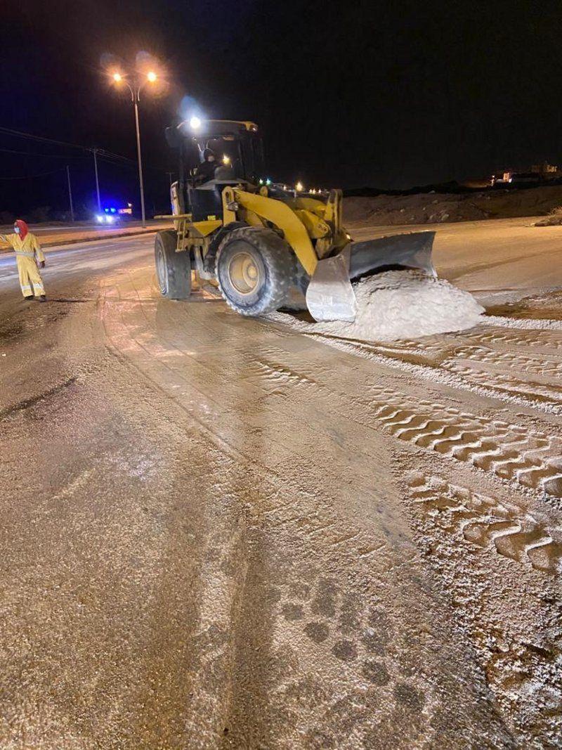بلدية بلقرن تزيل آثار الأمطار التي هطلت على المحافظة