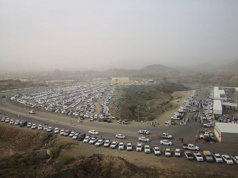 شاهد.. إقبال كبير على سوق محايل عسير للمواشي.. مئات المركبات وآلاف المتسوقين