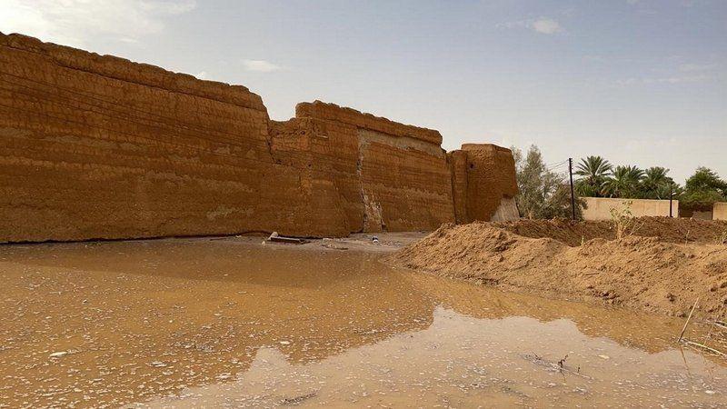 شاهد .. سيول الأفلاج تتسبب في تساقط أجزاء من قصر الـ 400 عام بـ