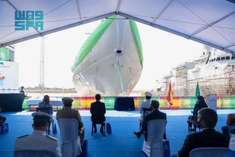 قائد القوات البحرية يرعى مراسم تعويم سفينة جلالة الملك