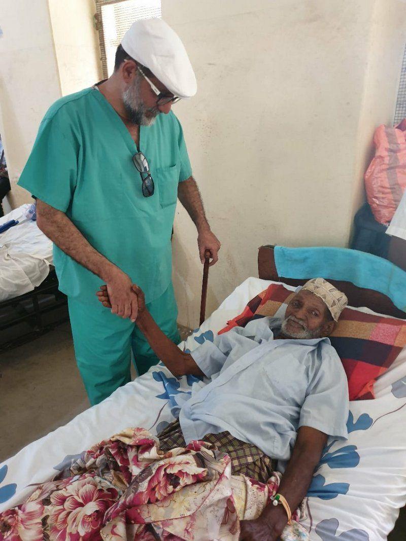 بعلّاقة ملابس.. بروفيسور سعودي في المسالك البولية والمناظير يُجري عملية جراحية