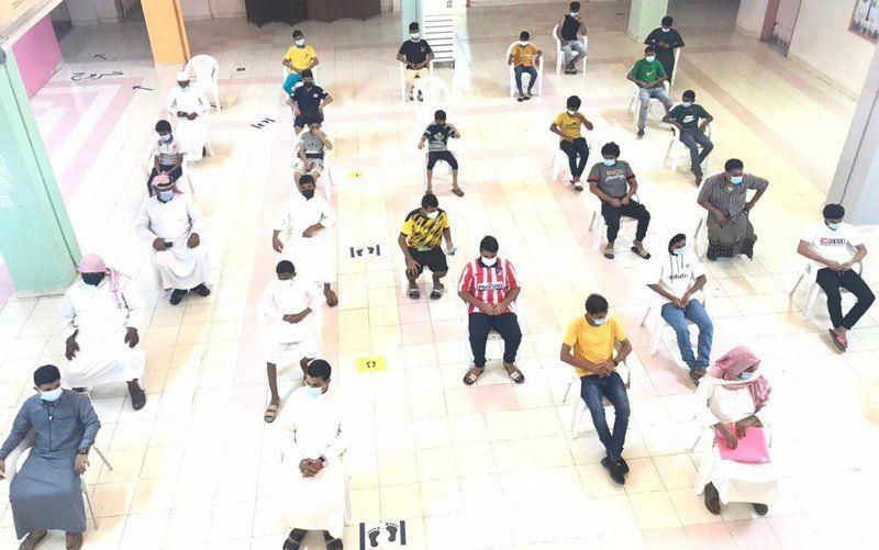 بالصور.. إقبال كبير من طلاب وطالبات مكتب تعليم بيش لأخذ لقاح كورونا