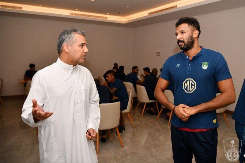 رئيس النادي الأهلي يجتمع باللاعبين ويحثهم على تحقيق آمال الجماهير