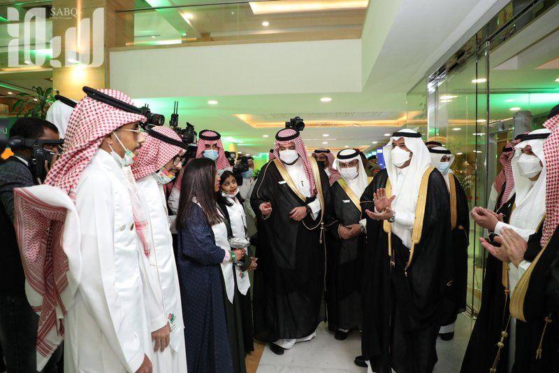شاهد..أمير الرياض بالنيابة يشارك الطلاب العرضة في حفل
